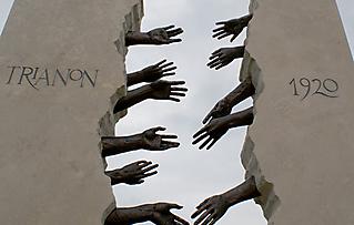 TRIANON EMLÉKMŰ - HATVAN 2011_4